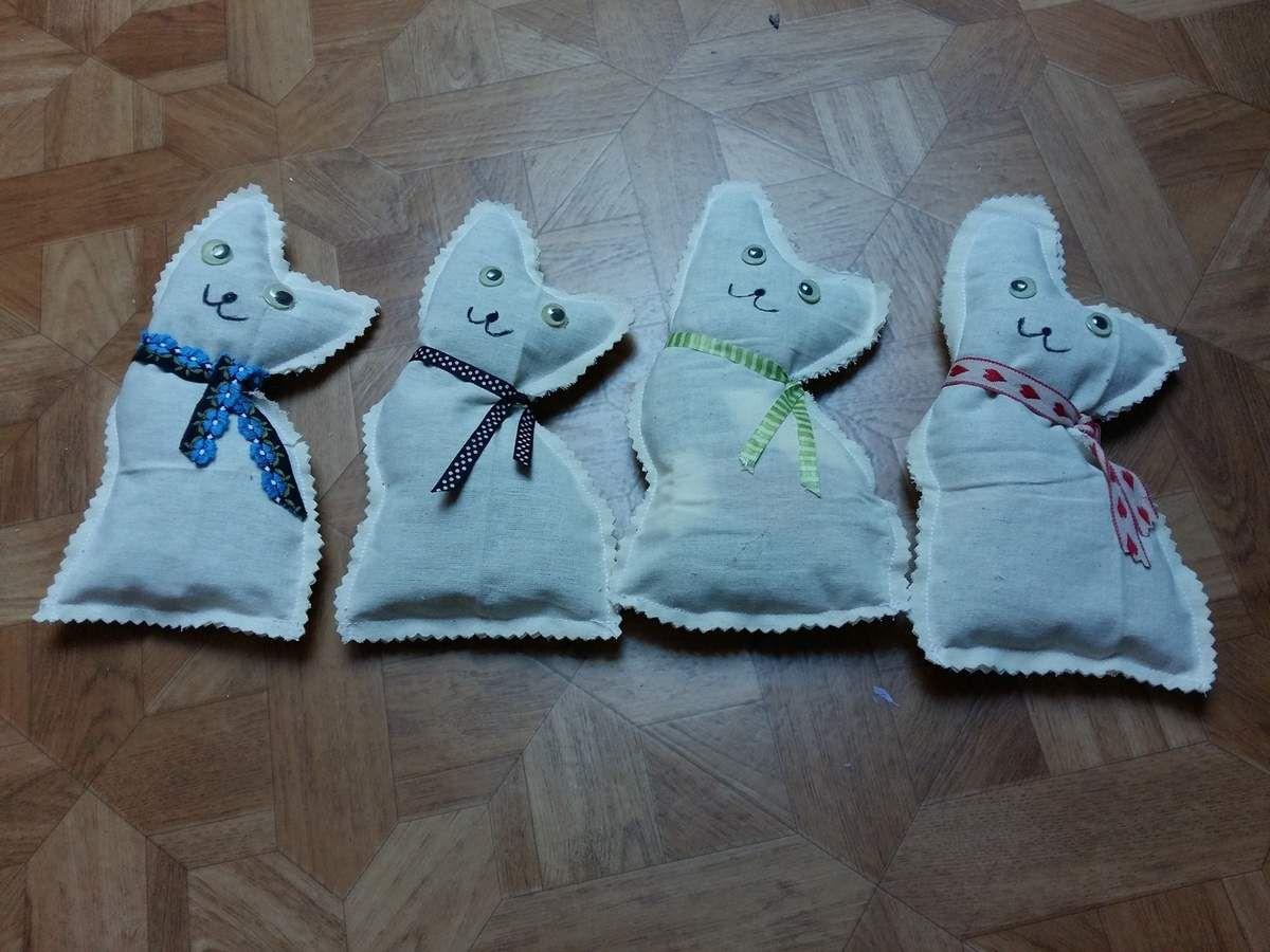 Voici mes 4 premiers petits chats qui comme mes marques pages iront à l association  de ma soeur en faveur des chats errants de villers cotterets afin de les stériliser et si possible de les faire adopter