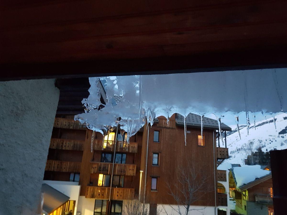 Voici encore quelques vues prisent aujourd hui rien ne fond au contraire il neige depuis 2 jours la dernière photo c est la cour chez ma fille l année dernière les cloches avaient pu y déposer les pâques  cette année on se demande ce qu' elle vont faire