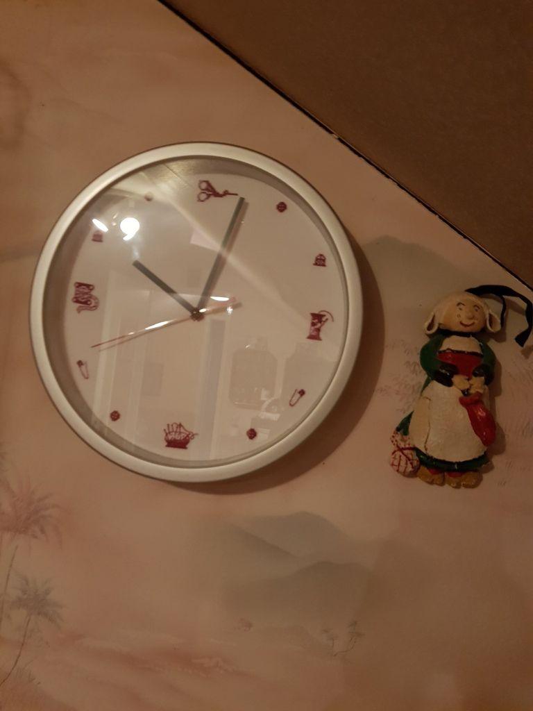 Et dans mon atelier .l horloge m 'a été  offerte par Marylene lors de notre rencontre et le porte siceaux par Malirence pour un anniversaire