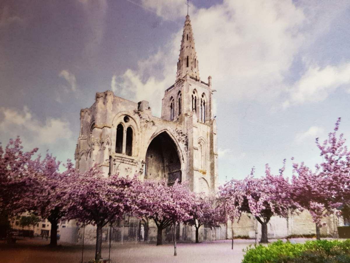 Voici une jolie photo printanière du clocher  st Thomas de ma ville Crepy en valois