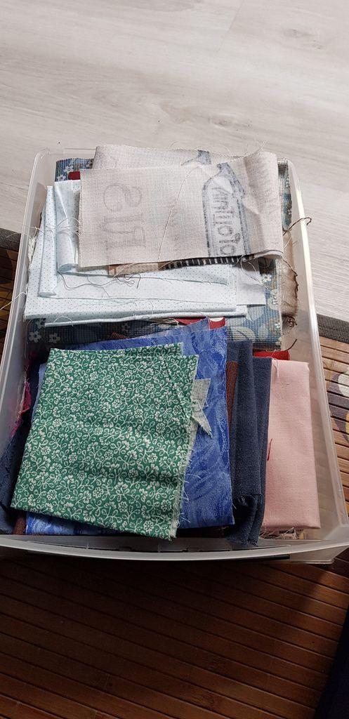J avais 4 tiroirs comme celui ci rien que des petits coupons ou reste de tissu. Alors comme je fais du tri et du rangement voici ce que ça donne sans avoir rien jeté