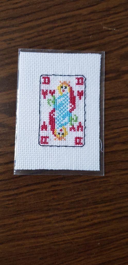 Voici la jolie dame de cœur que m'a  brodé  Tortue on sait qu elle aime beaucoup jouer aux cartes
