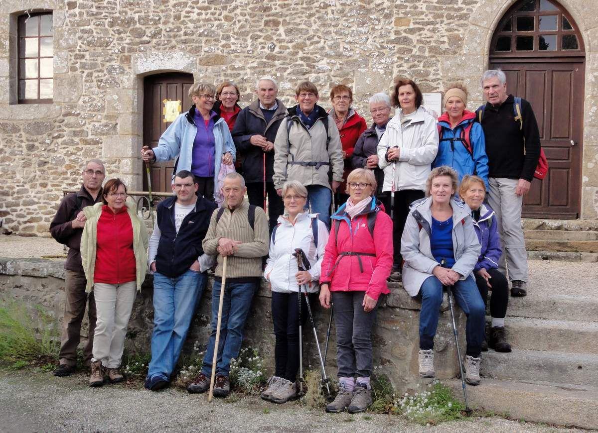 Les marcheurs de l'Argentel découvrent St Meloir des Bois. Devant la chapelle St Roch