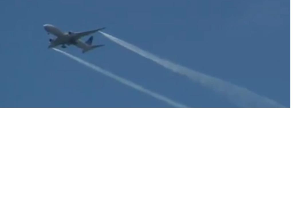 Chemtrails : traînées d'un avion de ligne loin des réacteurs