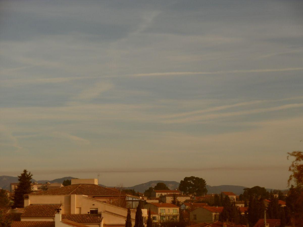 Carpentras - mercredi 22 novembre vers 12h - traînée d'avion de couleur marron à basse altitude