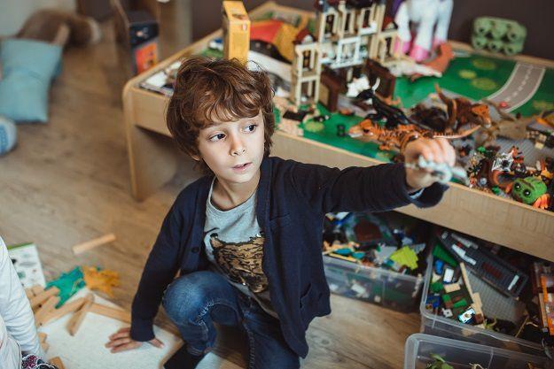 photos petit garçon qui joue au lego dans sa chambre