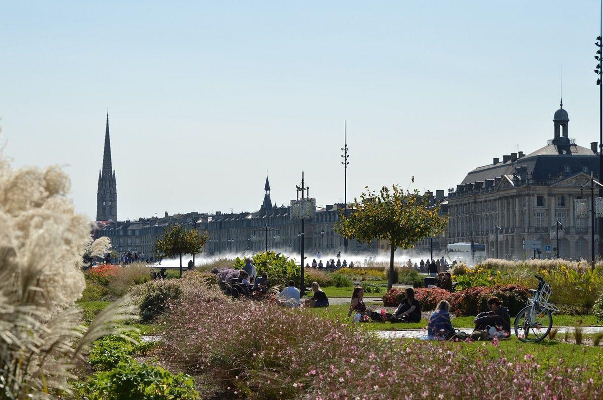 la ville de bordeaux avec ses quais, son architecture et son miroir d'eau