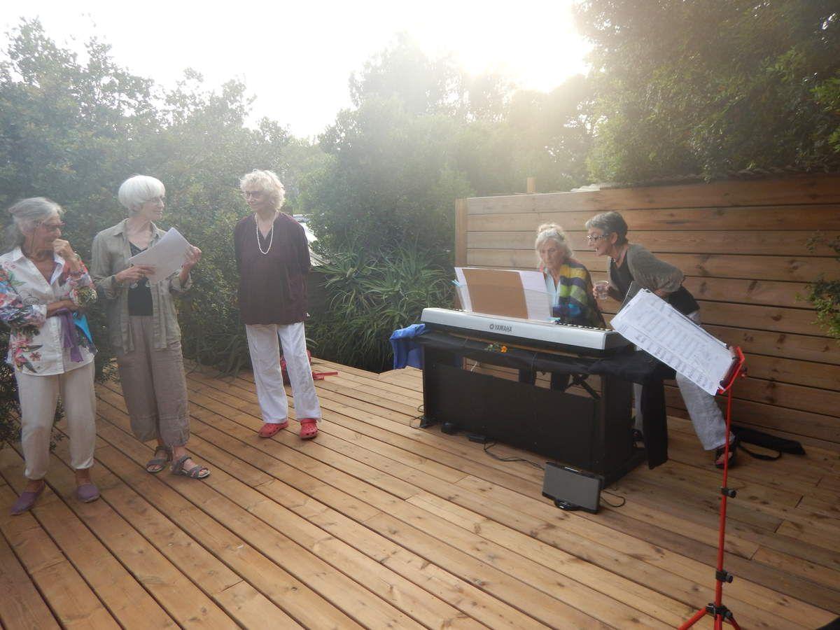 Animation par l'atelier chants avec Nicole et Lîlâ Bâ aux claviers et le public