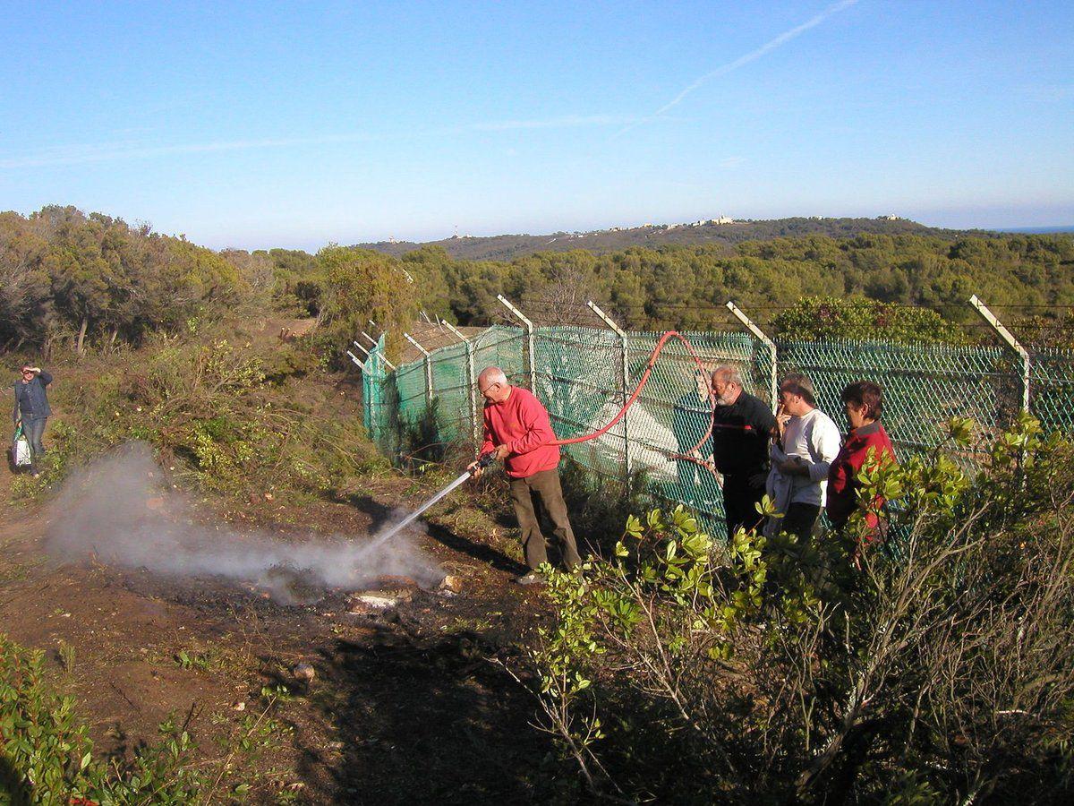 Du monde ! Avec les pompiers et leur chef M. Guerini ; et des sardines !!
