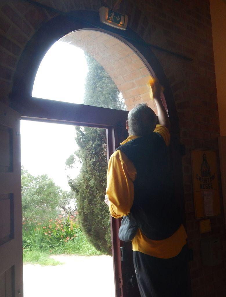 André au nettoyage de la vitre