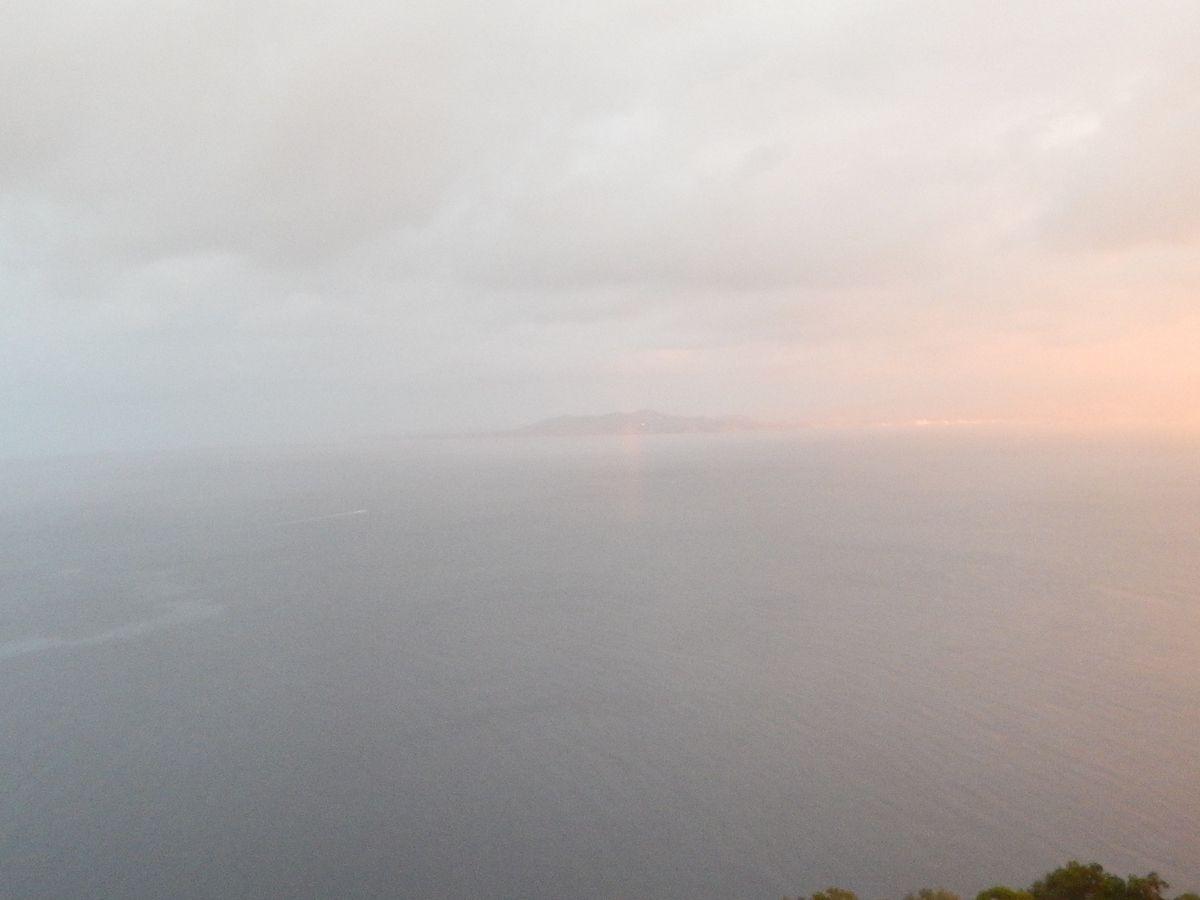 Vers le nord, le cap Bénat et l'amorce d'un arc-en-ciel
