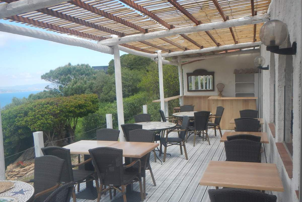 Salle du restaurant et terrasse avec prolongement du bar