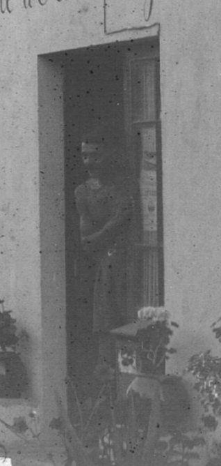 Zoom : Electricité ? /  Hôtel de l'Île d'Or et Agence des Arbousiers / Une personne à la porte