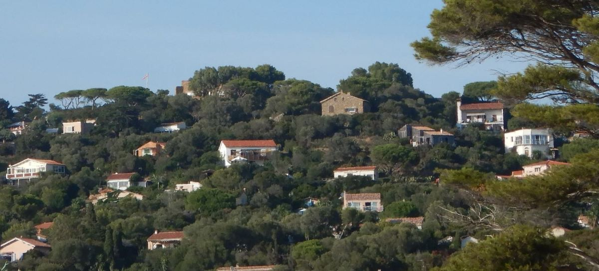 Une vue depuis le terrain de volley-ball des Grottes