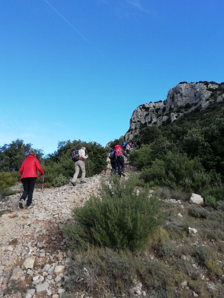 14 courageux (dont 4 femmes) décident d'affronter le Mont Olympe.