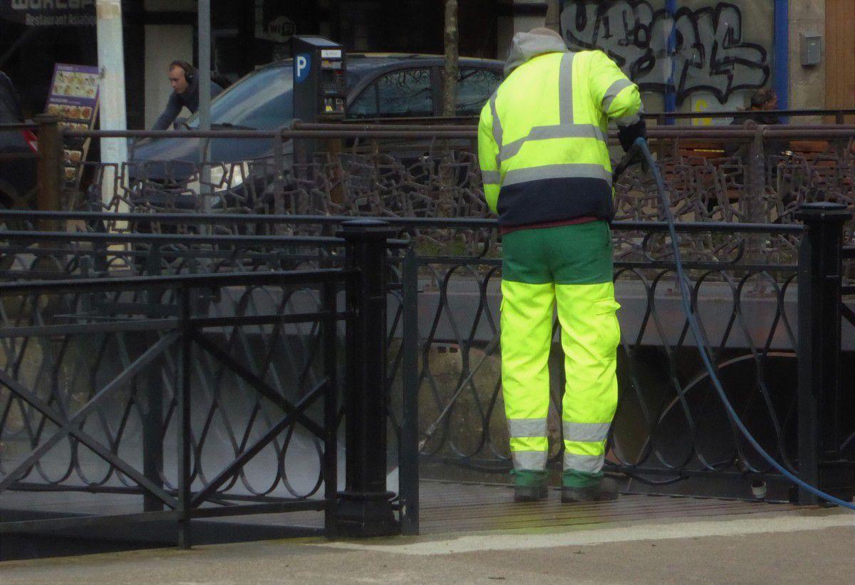Hier, nettoyage d'une passerelle ... au centre ville
