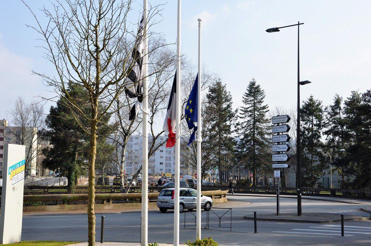 Au rond-point de Kermoysan, devant la mairie annexe de Penhars et la maison des services publics