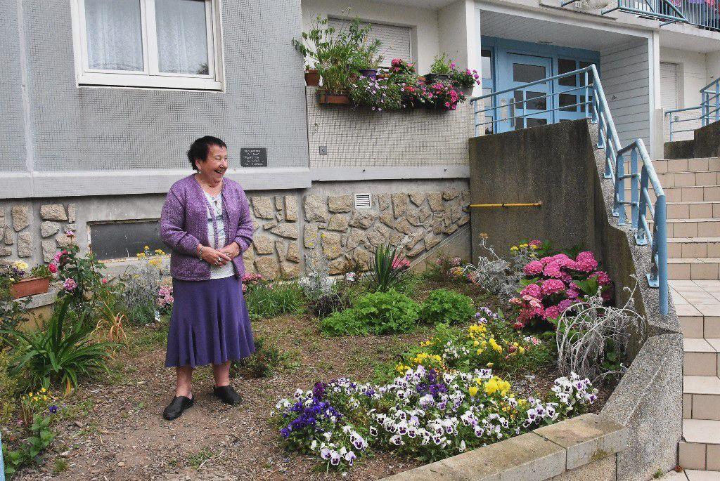 Marie-Claire Lantéri dans l'espace collectif fleuri à l' entrée du 12 rue d'Irlande