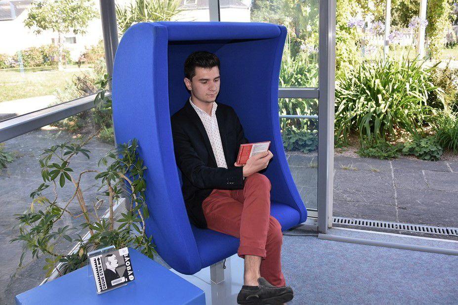 Un fauteuil musical cool et classe à la médiathèque de Penhars