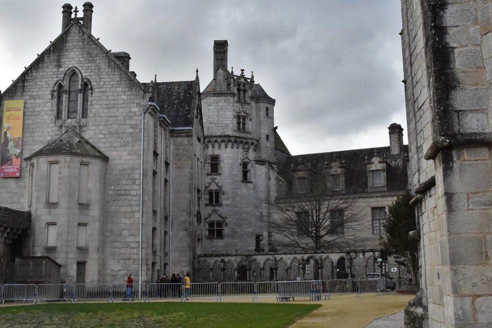 A cause de travaux jusqu'en avril au musée breton, l'accès se fait par le Jardin. Les barrières métalliques qui interdisent l'accès au Jardin sont-elles bien nécessaires ?Pour prendre sa photo, Penhars Infos a passé outre !