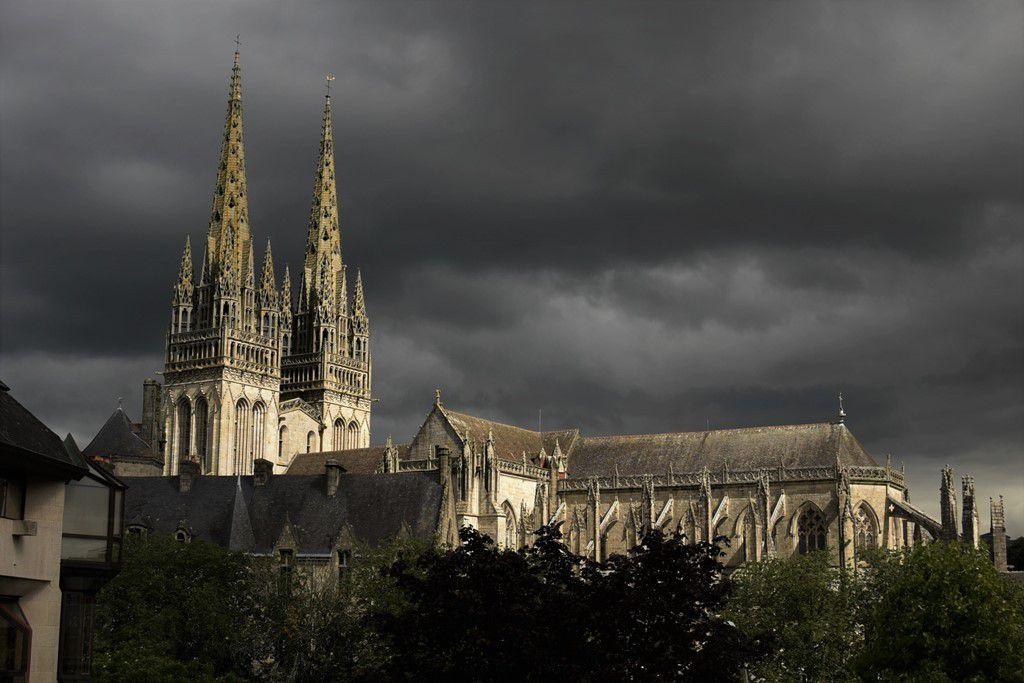 Clair-obscur sur Quimper et la cathédrale