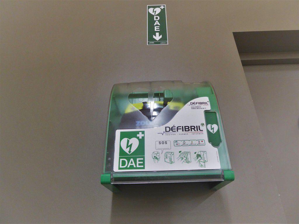 Un défibrillateur installé au Carrefour Contact de Kermoysan