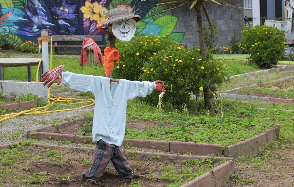 La bonne binette des épouvantails du jardin collectif