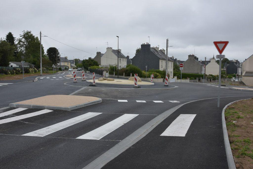 En arrivant à Penhars. A droite, l'entrée de la rue de Kervalguen, puis la rue du Père-Hardouin (sens interdit) l'avenue des Girondins et à gauche, l'entrée de la rue des Trois-Forget (sens unique)