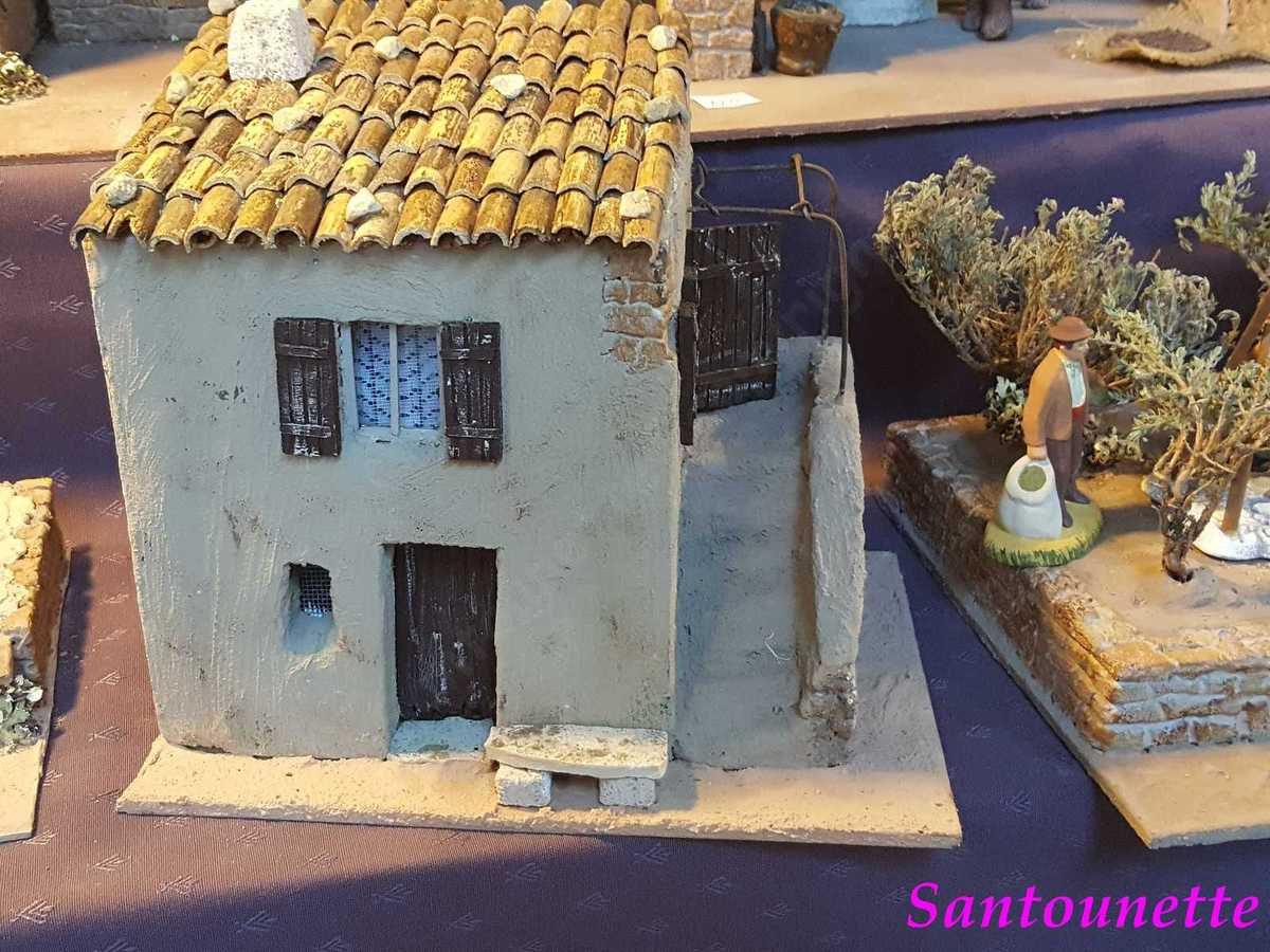 """Une maison de village avec la structure en polystyrène, l'escalier est en """"Siporex"""" et le banc en pierre."""