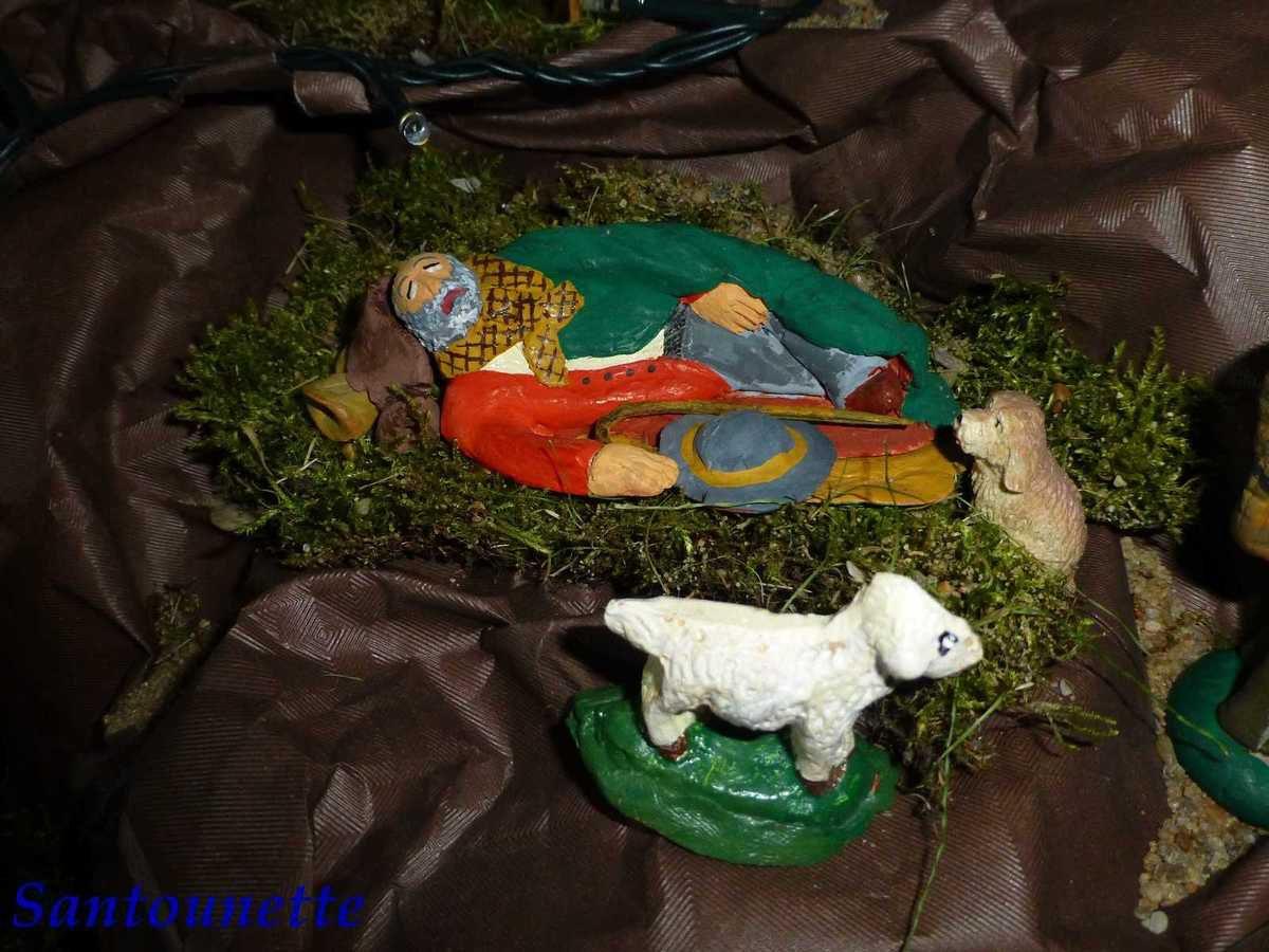 """Le berger allongé, création personnelle, est un """"classique"""" dans la crèche, il est endormi et n'a pas encore entendu l'appel des Anges. Les moutons sont achetés."""