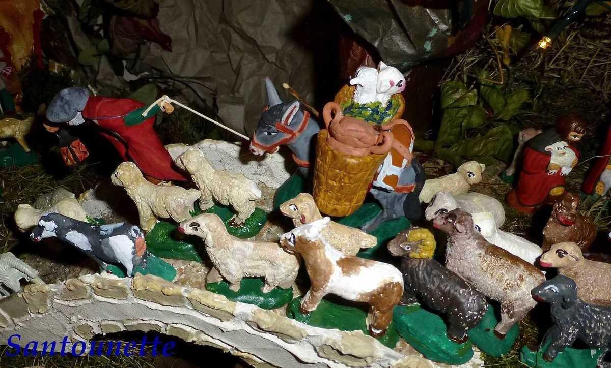 Alain a conçu ce berger qui peine à tirer son âne . Seul l'âne est acheté, le harnais, les paniers avec les moutons à l'intérieur sont de lui.i