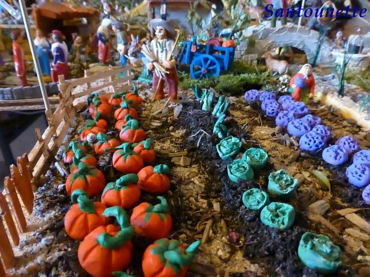 Une jolie scène de potager avec le jardinier et tous les légumes, toujours de sa fabrication.