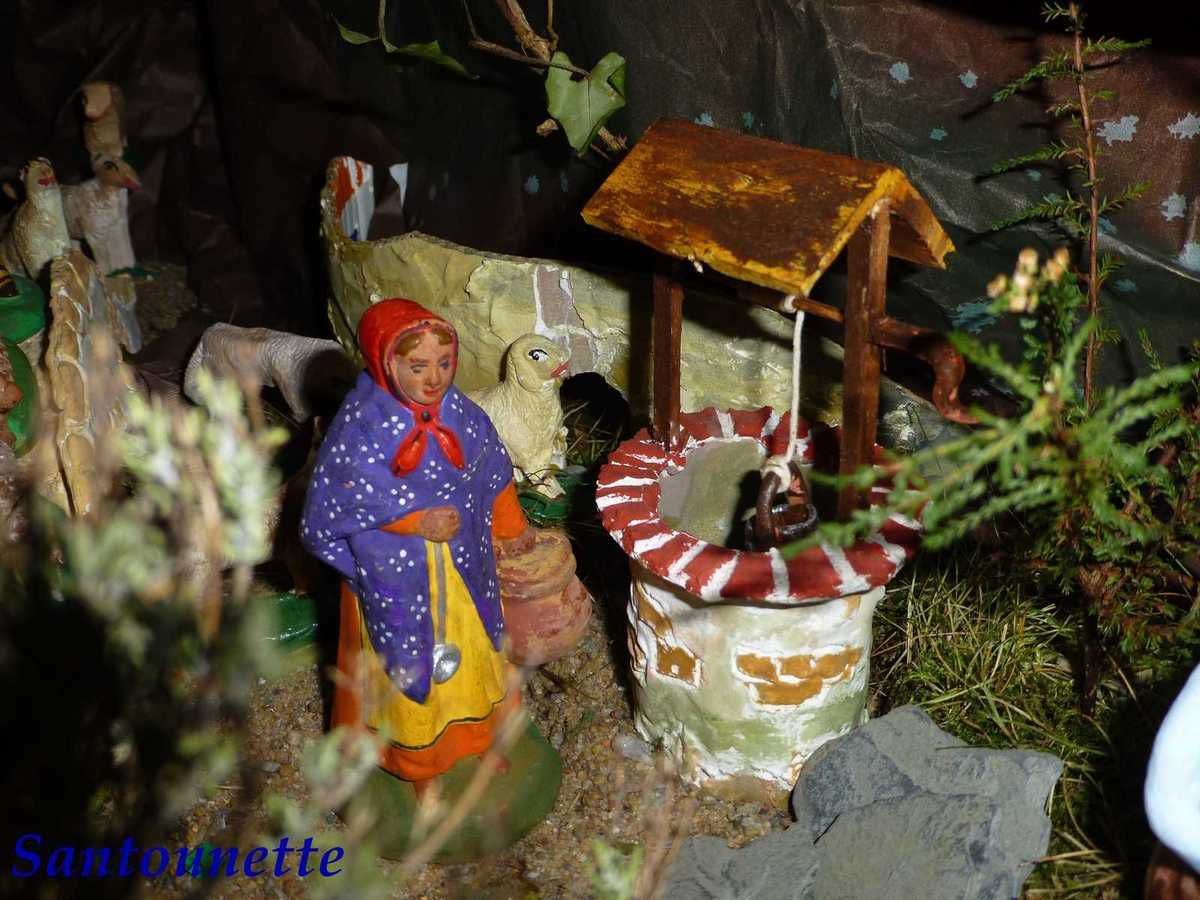 """Le puits est réalisé dans un pot de """"Petit Suisse"""". La vendeuse de limaçons est un santon acheté brut."""