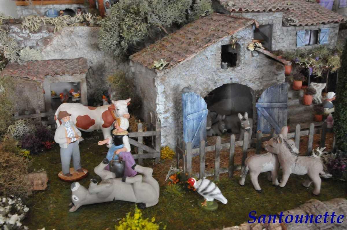L'âne sur le dos et les ânons à l'intérieur de la ferme sont de Gigi santons, les deux ânes devant qui se font des câlins sont de la santonnière Fabienne Pardi, il s'agit d'une commande et ils n'ont pas de socle. Il s'agit de 2 ânes bien distincts que Muriel a placé dans cette position. Dans le grenier, sur le rebord de l'encadrement une petite souris observe la scène.