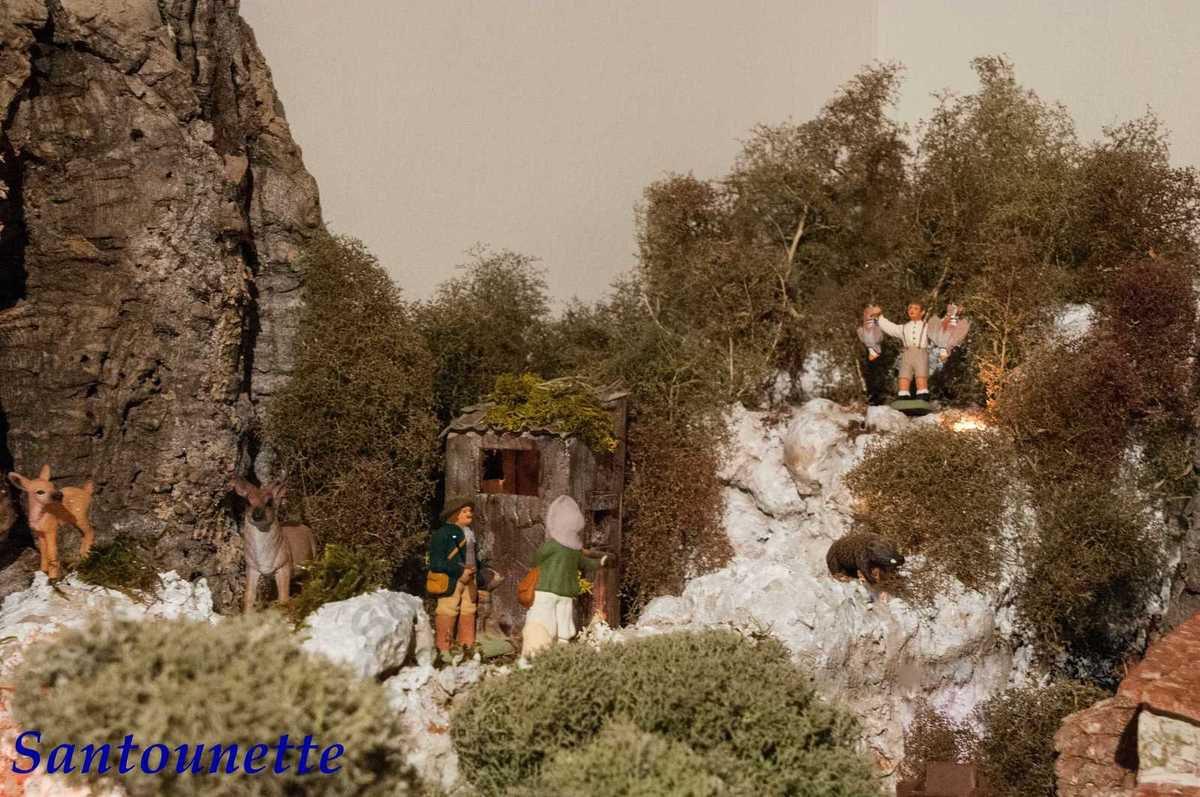 La cabane du chasseur a été réalisée par une de ses amies, le chasseur est un santon Mayans. A droite, on aperçoit également un superbe santon de Jo Silvano, Marcel avec les perdrix bartavelles, toujours en référence à l'œuvre de M. Pagnol.