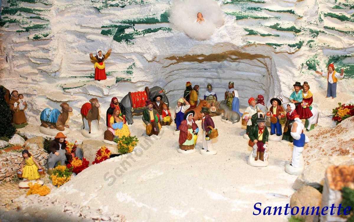 La falaise a été creusée  pour héberger la Nativité , une farandole de santons célèbre  l'Avènement de l'Enfant Jésus.