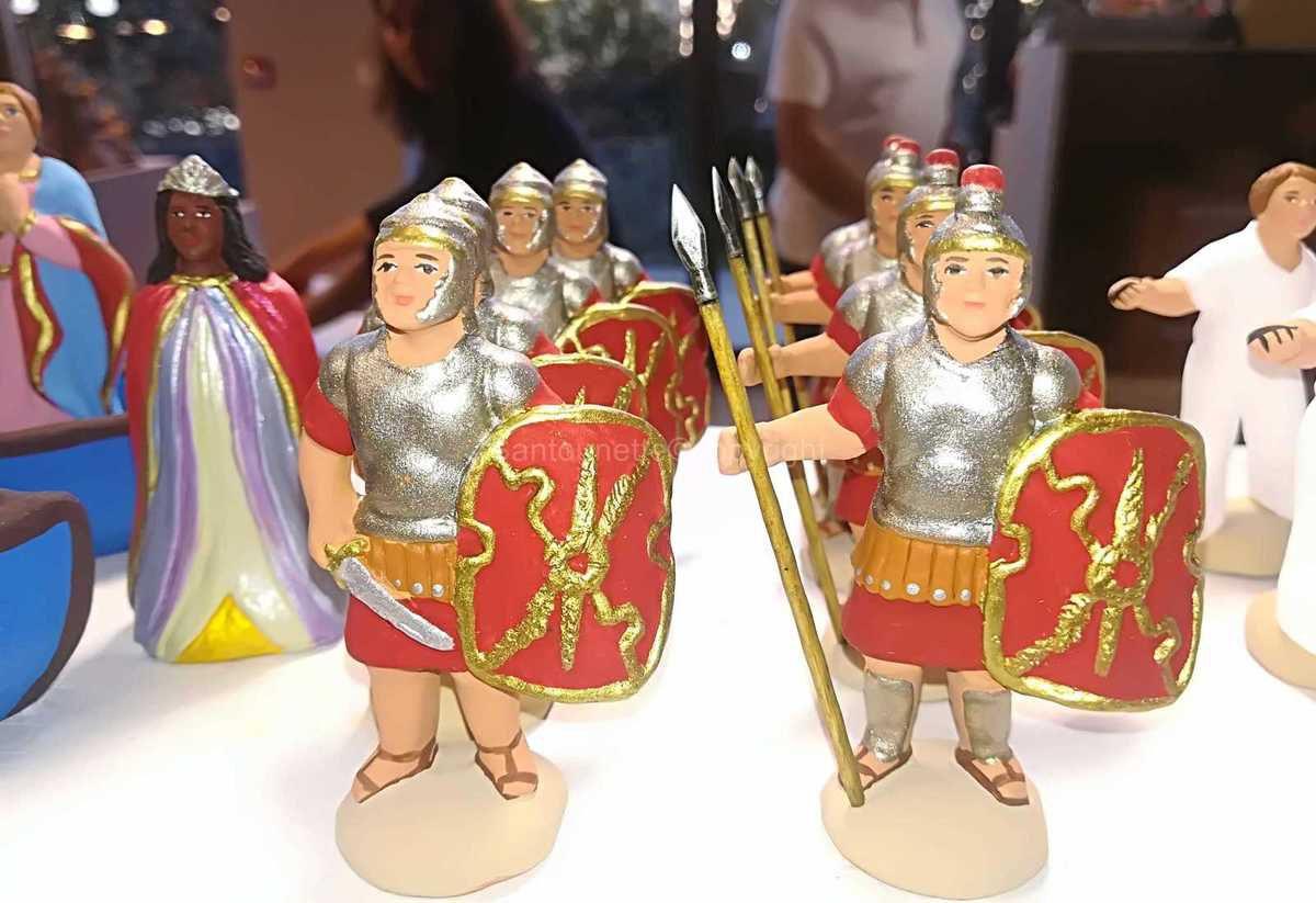 Soldats romains pour une scène sur la présentation de  Jésus au Temple. Ce santon est très rarement représenté. C'est une pièce à avoir (il en faut au moins 2)