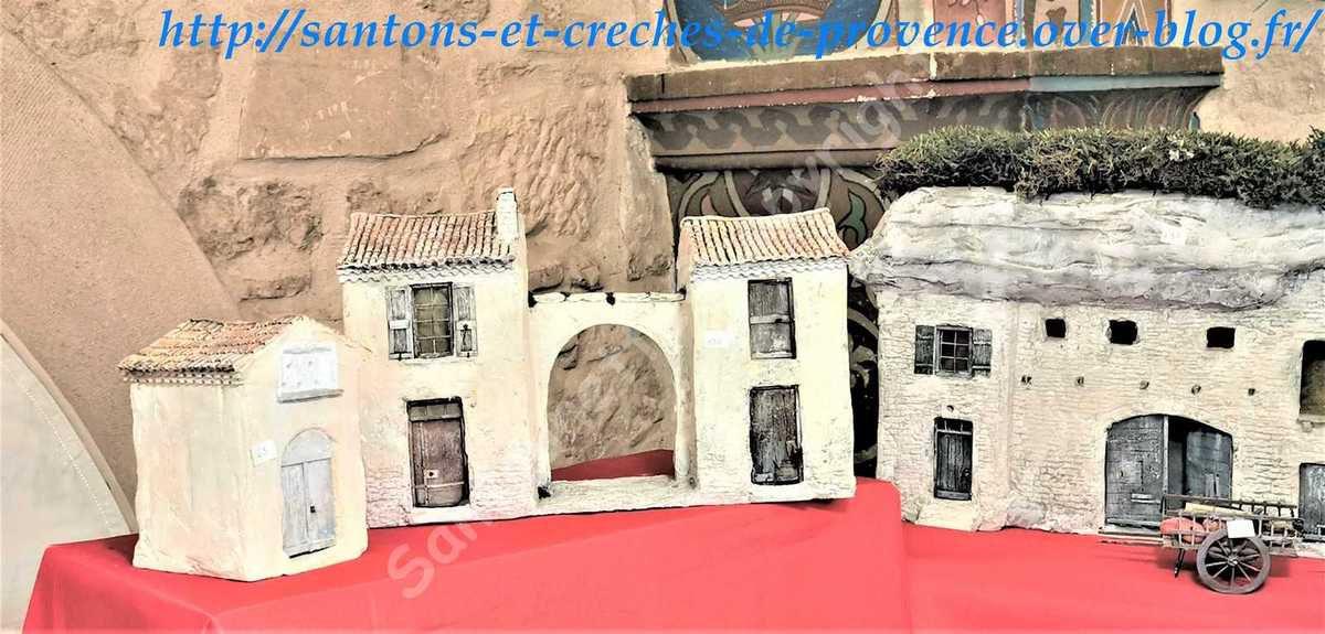 Un bel ensemble de maisons avec une unité de tons.