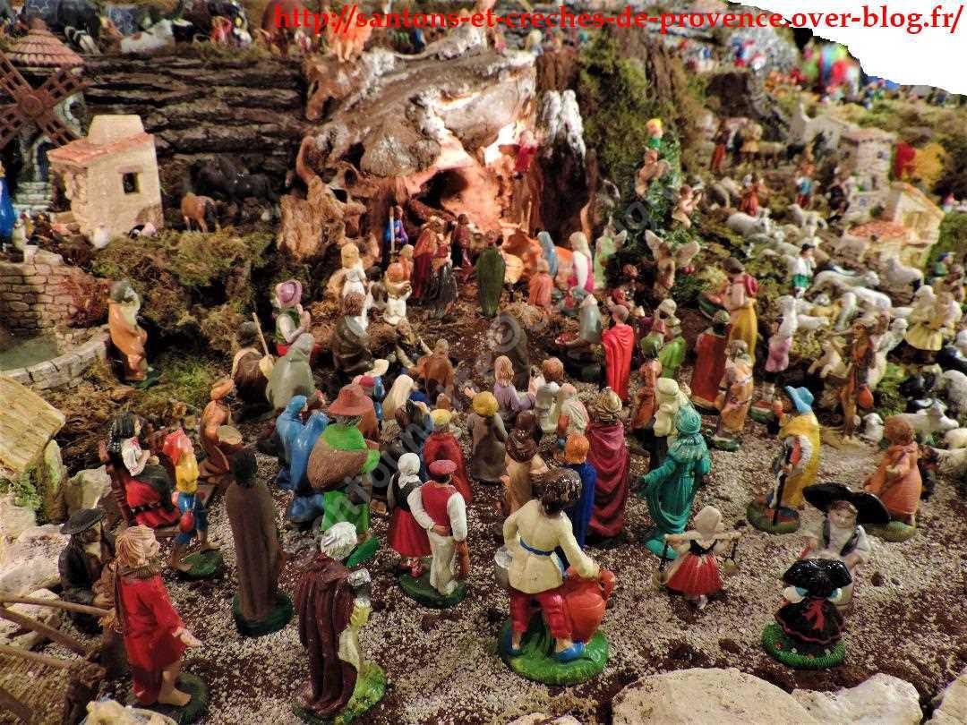 Les fidèles devant la Nativité