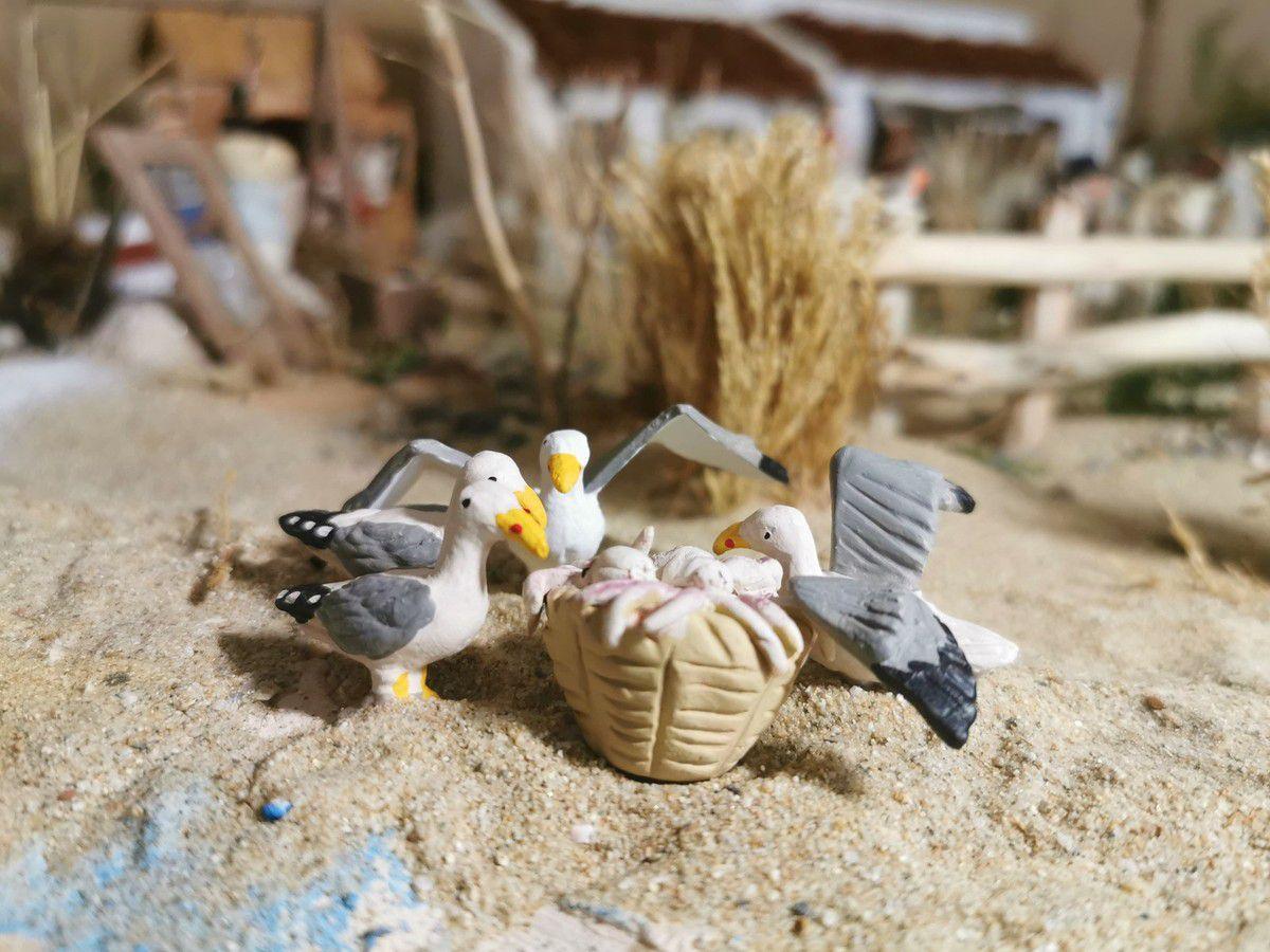 Des goélands affamés se sont posés près du panier contenant les poulpes (santons d'Analy)