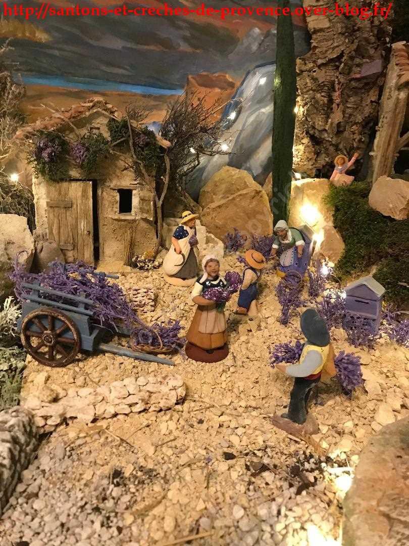 La femme à la serpe et le petit garçon sont de Dumas, les autres santons sont de Oustau d'Antan. La bâtisse est de Daniel Aubenas.