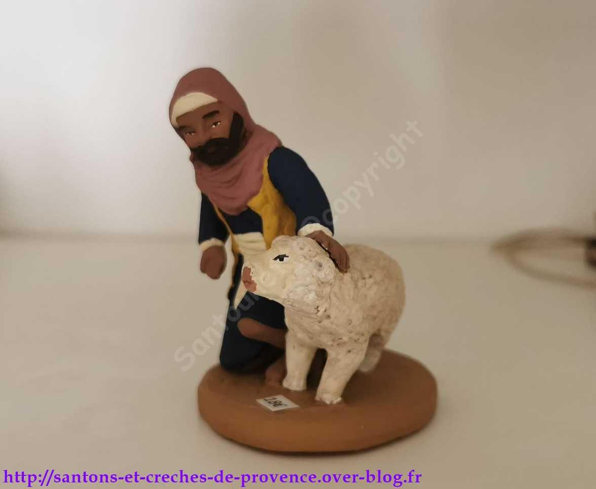 Vraiment adorable, le berger qui caresse le mouton