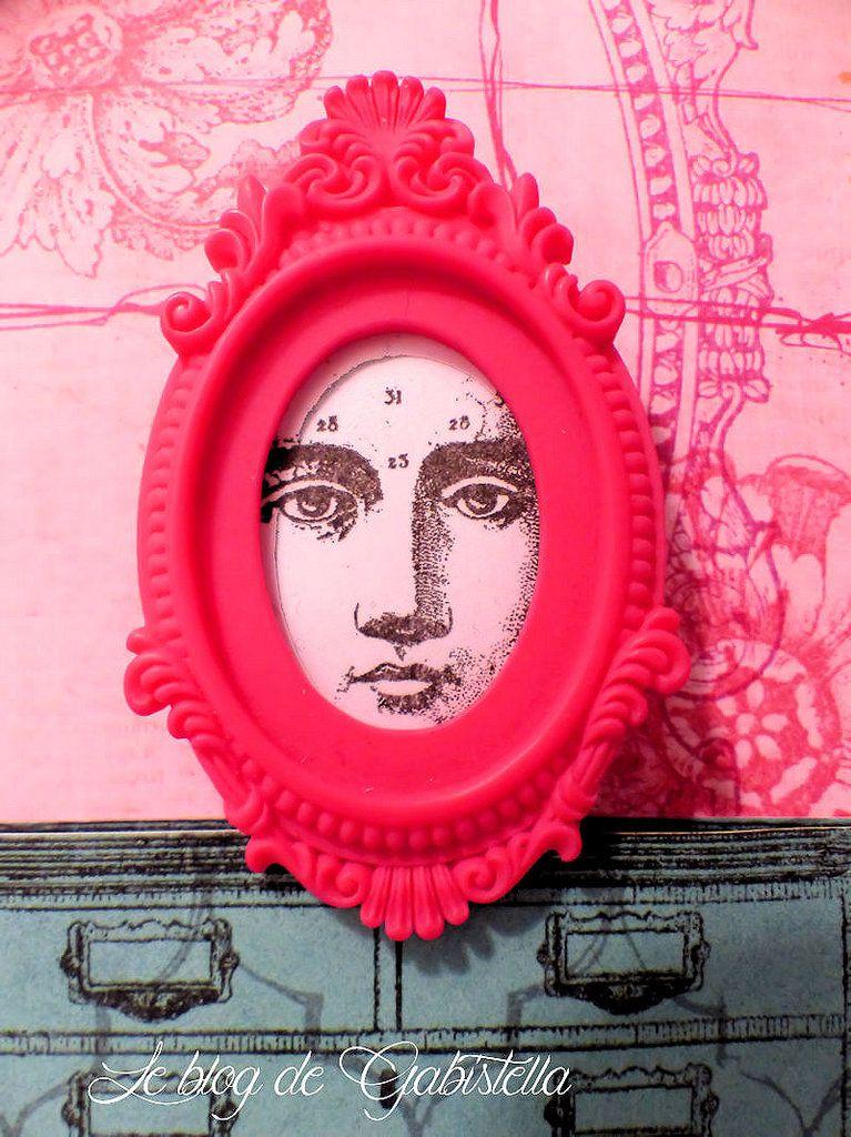 """Pour le deuxième tableau j'ai utilisé le tampon """"Cabinet de curiosités"""" et un des visages de Paris flea. Le fond a été travaillé à l'imprimante laser et de l'encre dorée."""