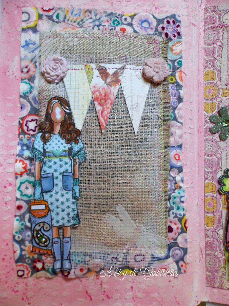 Une page réalisée avec du tissu, une compresse tamponée et du pochoir.
