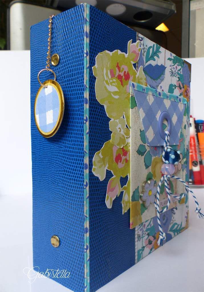 La couverture bleue est un papier adhésif des collections de Lilly Pot d'colle. Les tampons sont de Christy Tomlinson et Carabelle.