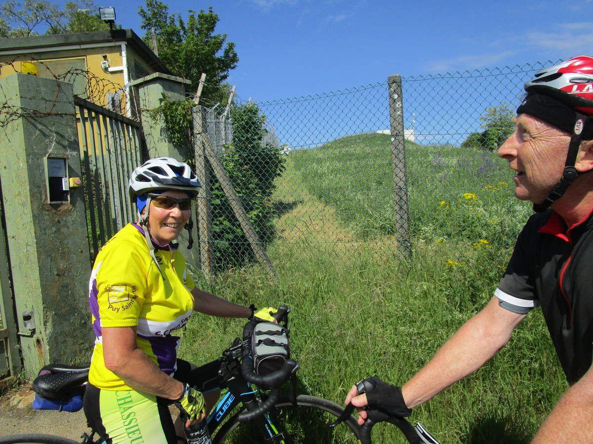 Jean,a coté de son VAE,indique le nombre de ses anciens vélos stockés chez lui.