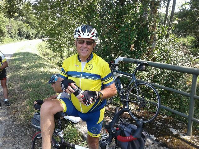 Robert a le sourire avec son vélo électrique tout neuf.