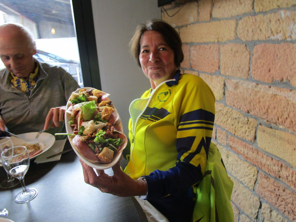 Claude avec la maxi salade pour reprendre des forces.
