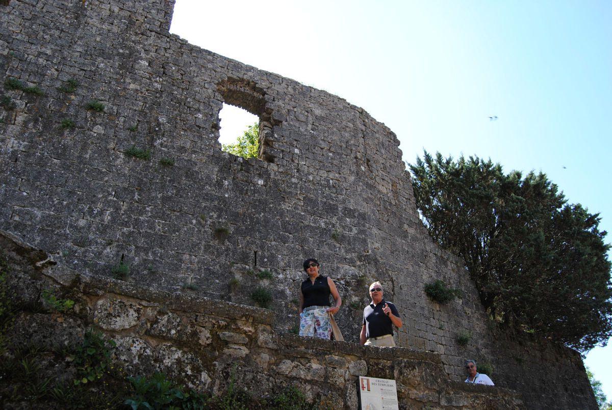 Château des Templiers (XIIième siècle). Philippe, Francine et Jo retrouvent le pas énergique des guetteurs!