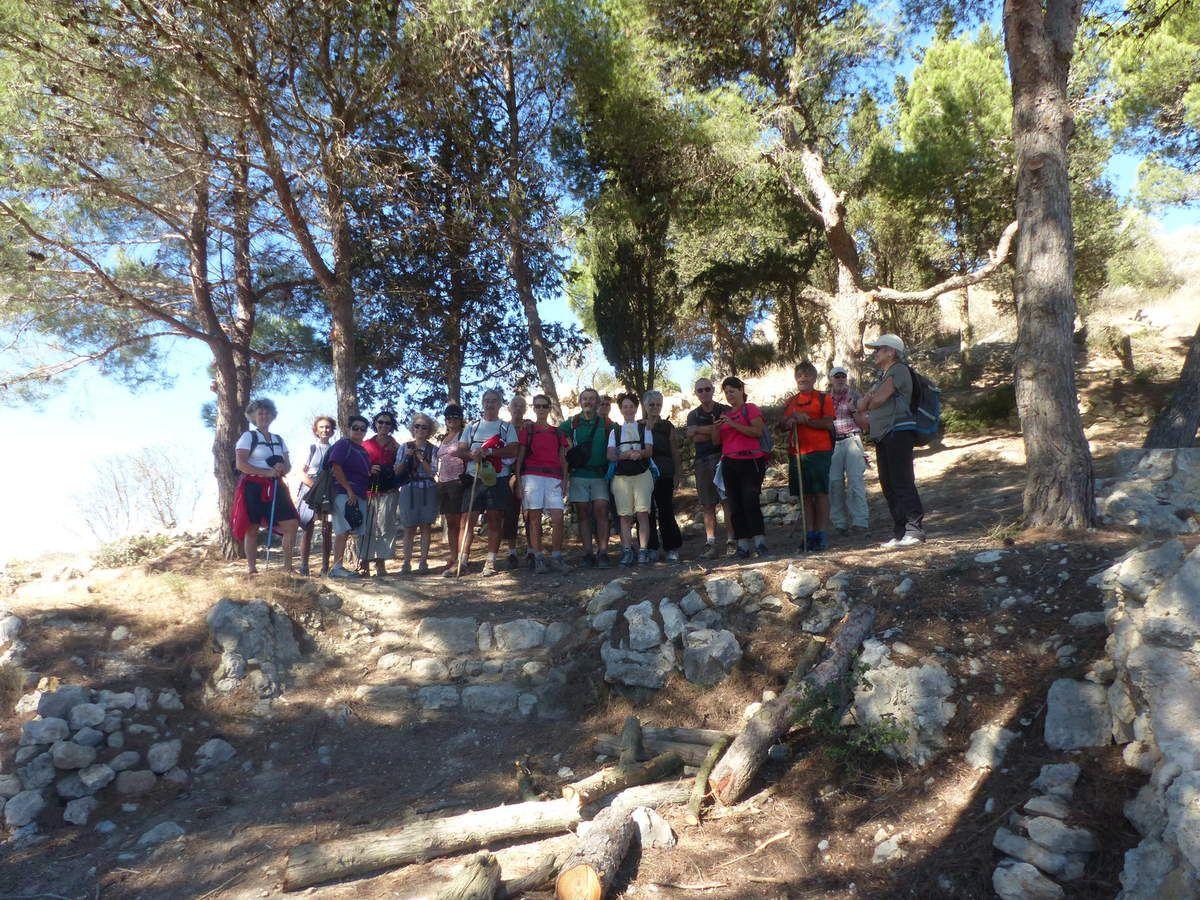 Arrêt sur photo avant la traversée du village et la montée vers la falaise